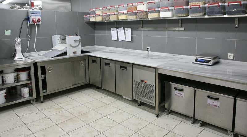 Örnek Bir otel mutfak projesinde Çalışma Tezgahları, Duvar Rafı, Hamur Açma Makinesi ve Mikser